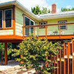 บ้านไม้ใต้ถุน โครงสร้างยกพื้นสูงพองาม โดดเด่นด้วยบันไดวนหน้าบ้าน พร้อมสีสันสวยงามสะดุดตา