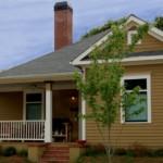 บ้านคอทเทจพร้อมเฉลียง ตกแต่งสวยงามด้วยไม้ รองรับครอบครัวขนาดกลาง
