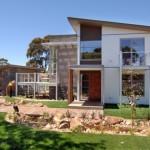 บ้านโมเดิร์นสองชั้น ตกแต่งด้วยวัสดุสมัยใหม่ โลหะ กระจก และไม้