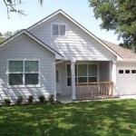 บ้านคอทเทจขนาดกลาง สวยงามแบบเรียบง่าย ตกแต่งด้วยไม้สีขาว