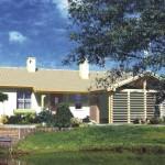 บ้านร่วมสมัย ขนาด 3 ห้องนอน ตกแต่งด้วยซุ้มไม้ ท่ามกลางสวนสวย