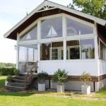 บ้านคอนเทจประยุกต์ สวยงามทั้งภายในและนอก ตกแต่งจากไม้และกระจก