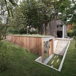 บ้านตากอากาศสไตล์โมเดิร์น ตกแต่งด้วยปูนเปลือยและไม้ แทรกตัวท่ามกลางธรรมชาติ