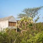 บ้านตากอากาศสไตล์เรียบง่าย วัสดุจากปูนเปลือย ตกแต่งน้อยๆ ท่ามกลางธรรมชาติที่กว้างใหญ่