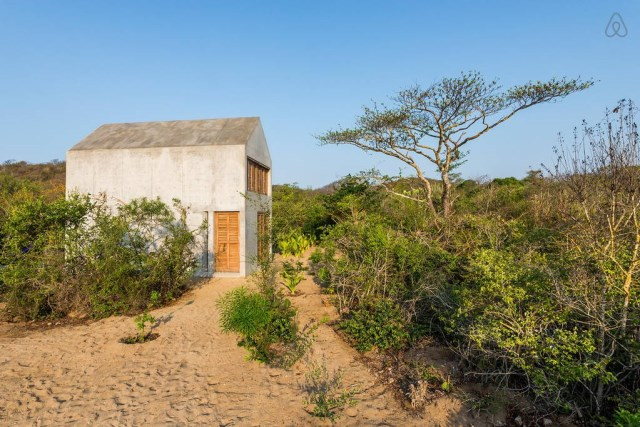 Beautiful-Tiny-Concrete-House-with-a-Minimalist-Architecture-1