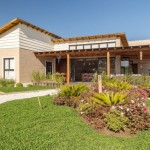 บ้านขนาดกลาง ดีไซน์รูปทรงโมเดิร์น มาพร้อมสวนและที่พักผ่อนกลางแจ้ง