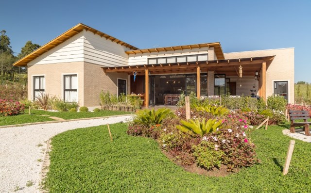 Brazilian-Country-House-Designed-in-Contemporary-Style-14