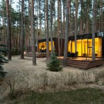 บ้านตากอากาศสไตล์โมเดิร์น ตกแต่งด้วยไม้และกระจก ท่ามกลางธรรมชาติ