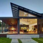 บ้านร่วมสมัย ตกแต่งแบบสองอารมณ์ มาพร้อมสระว่ายน้ำและสวนสวย