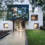 บ้านสีทูโทน รูปทรงกล่องสไตล์โมเดิร์น ท่ามกลางธรรมชาติ