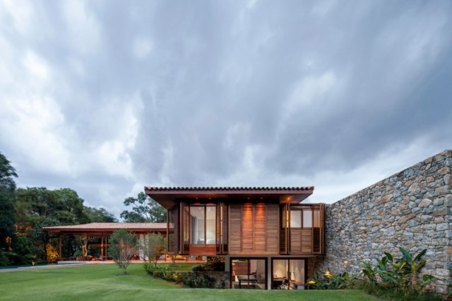 Modern-country-house-with-a-Brazilian-farm-look-1_renamed_28309