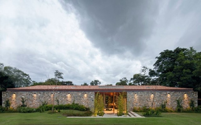 Modern-country-house-with-a-Brazilian-farm-look-2_renamed_30695