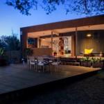 บ้านโมเดิร์น รูปทรงกล่อง มาพร้อมเฉลียง ตกแต่งสวยงามด้วยไม้
