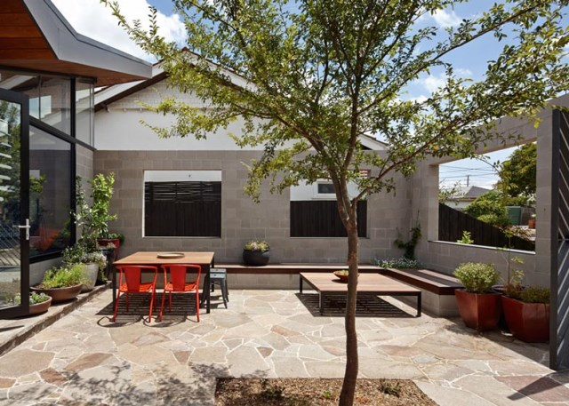 This-One-Story-House-Creates-an-Outdoor-Room-in-its-Front-Yard-11