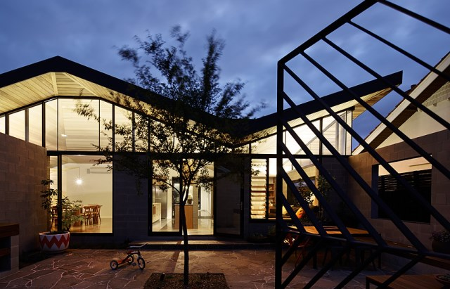 This-One-Story-House-Creates-an-Outdoor-Room-in-its-Front-Yard-4