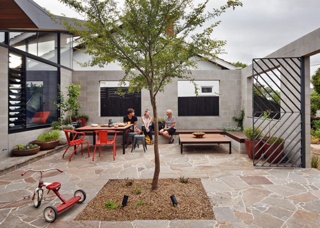 This-Single-Story-House-Creates-an-Outdoor-Room-in-its-Front-Yard-10