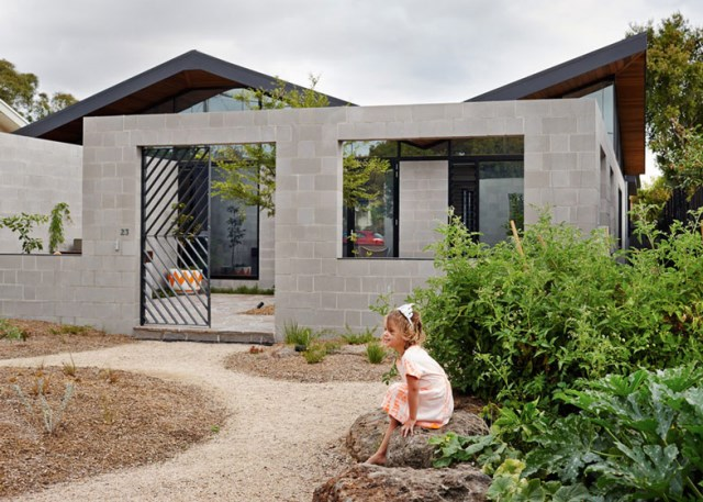 This-Single-Story-House-Creates-an-Outdoor-Room-in-its-Front-Yard-11