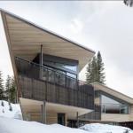 บ้านสองชั้น สไตล์โมเดิร์น ออกแบบด้วยโครงเหล็กและไม้ โทนสีเข้ม