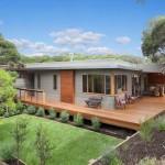 แบบบ้านหน้าแคบสไตล์โมเดิร์น โทนสีเทา แต่งระเบียงไม้สวยรอบบ้าน