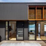 บ้านโมเดิร์นรูปทรงกล่องเรียบง่าย ตกแต่งด้วยไม้และเมทัลชีท สะท้อนรสนิยมของคนสมัยใหม่