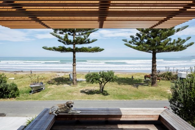 offSET-Shed-House-is-a-beach-house-with-a-large-opening-to-the-sea-12
