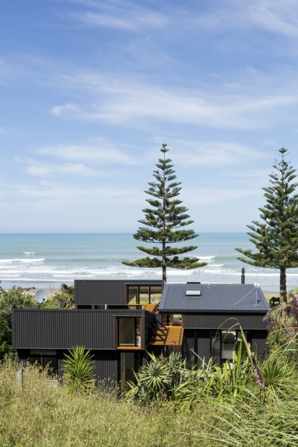 offSET-Shed-House-is-a-beach-house-with-a-large-opening-to-the-sea-14