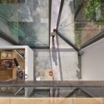 รีโนเวทบ้านซอกตึก ให้เป็นบ้านโมเดิร์นขนาดเล็ก ด้วยกระจกบานใหญ่