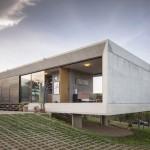 บ้านตากอากาศ สไตล์โมเดิร์นรูปทรงกล่อง ตกแต่งด้วยคอนกรีตและกระจก