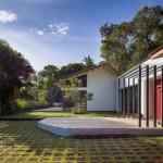 บ้านร่วมสมัย เล่นระดับพื้นต่างกัน ตกแต่งด้วยเหล็ก มาพร้อมสวนหย่อมสวยงาม