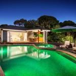 บ้านร่วมสมัย มาพร้อมสระว่ายน้ำ สร้างเป็นบ้านสวนแบบวิลล่า