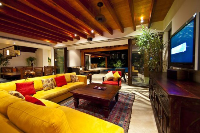 Contemporary home large size With garden and outdoor spacte (1)