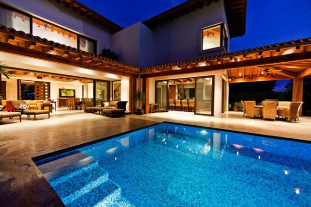 Contemporary home large size With garden and outdoor spacte (2)