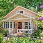 บ้านไม้ขนาดเล็ก ตกแต่งในสไตล์คอทเทจประยุกต์ โทนสีอ่อนหวาน มาพร้อมเฉลียงร่มรื่นด้วยพรรณไม้