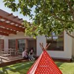 บ้านเดี่ยวร่วมสมัย ตกแต่งสวยงามด้วยไม้ มาพร้อมเฉลียงขนาดใหญ่และซุ้มไม้