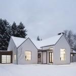 บ้านคอทเทจสมัยใหม่ ตกแต่งด้วยสีขาวแถบดำ แบบบ้านสมัยใหม่ มาพร้อมสวนโล่งกลางบ้าน