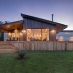 บ้านไม้หลังคาปีกนก ตกแต่งด้วยไม้สไตล์ทันสมัย ยกพื้นสูงและเฉลียงรอบบ้าน