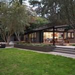 บ้านโมเดิร์นขนาดกลาง โปร่ง โล่ง จากโครงสร้าง มาพร้อมเฉลียงอิงแอบธรรมชาติ
