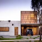 บ้านโมเดิร์นรูปทรงกล่อง ตกแต่งด้วยไม้และปูนเปลือย สะท้อนรสนิยมสมัยใหม่
