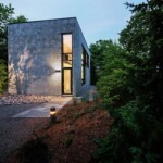 บ้านโมเดิร์นรูปทรงกล่อง ตกแต่งด้วยอิฐสีเทาแบบทันสมัย สร้างเป็นบ้านตากอากาศ