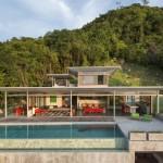 บ้านวิลล่าสไตล์โมเดิร์น ออกแบบให้ขนาดใหญ่ พร้อมสระว่ายน้ำดีไซน์ท่ามกลางเนินเขา