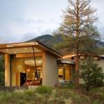 บ้านตากอากาศสไตล์โมเดิร์น ตกแต่งด้วยไม้ ในรูปฟอร์มบ้านที่แปลกตา