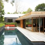บ้านโมเดิร์นสองชั้น ออกแบบท่ามกลางสวนสวย ด้วยวัสดุสมัยใหม่ผสมวัสดุจากธรรมชาติ