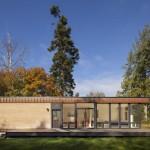 บ้านโมเดิร์นตากอากาศ ดีไซน์รูปทรงกล่อง ตกแต่งด้วยไม้และกระจก
