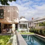 บ้านโมเดิร์นรูปทรงกล่อง ตกแต่งด้วยไม้และโครงเหล็ก มาพร้อมสระว่ายน้ำขนาดเล็ก