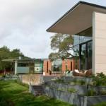 บ้านวิลล่าตากอากาศ สไตล์โมเดิร์น เปิดพื้นที่โล่งหน้าบ้าน รับกับสวนหย่อมสวยงาม
