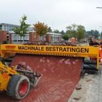 """นวัตกรรมสุดเจ๋ง!! """"เครื่องปูพื้นอิฐอัตโนมัติ"""" สร้างพื้นถนนง่ายๆ ราวกับปูพรม!!"""