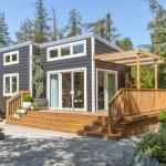 บ้านโมเดิร์นรูปทรงกล่อง ตกแต่งด้วยไม้และกระจก มาพร้อมสวนสวยรายล้อม
