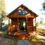 บ้านไม้ขนาดเล็กๆ ในสไตล์คอทเทจ สร้างเป็นบ้านสวนร่มรื่น