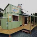 บ้านคอทเทจขนาดเล็ก มาพร้อมเฉลียงรอบบ้าน สีเขียวพาสเทล เหมาะกับบ้านสวน บ้านตากอากาศ