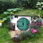 """เจ๋งสุดๆ!! มาดูคู่รักสร้าง """"บ้านหลุมฮอบบิท"""" สำหรับอยู่อาศัย ไว้ในสวนหลังบ้าน"""